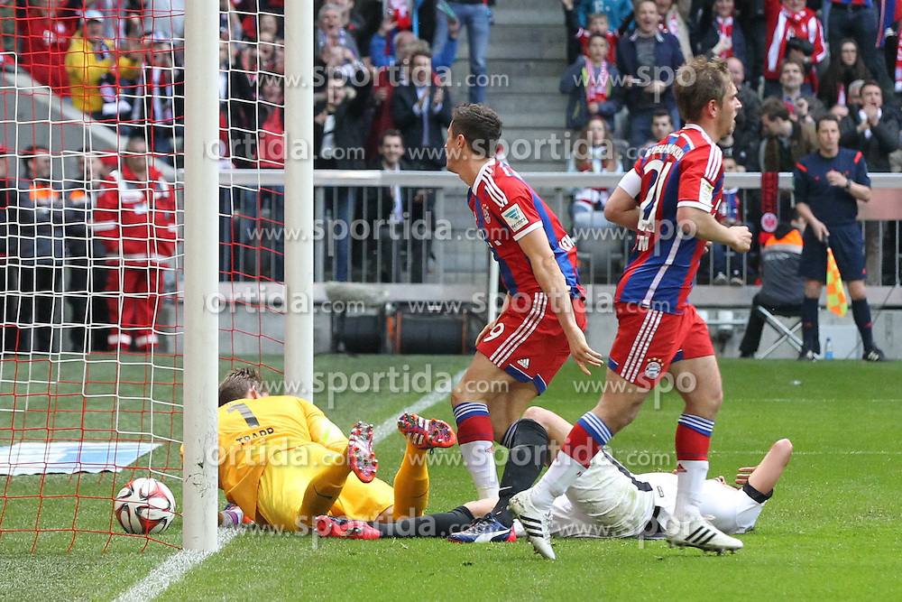 11.04.2015, Allianz Arena, Muenchen, GER, 1. FBL, FC Bayern Muenchen vs Eintracht Frankfurt, 28. Runde, im Bild l-r: Robert Lewandowski #9 (FC Bayern Muenchen) schiesst das Tor zum 2:0, Makoto Hasebe #20 (Eintracht Frankfurt) und Kevin Trapp #1 (Eintracht Frankfurt) koennen nichts machen // during the German Bundesliga 28th round match between FC Bayern Munich and Eintracht Frankfurt at the Allianz Arena in Muenchen, Germany on 2015/04/11. EXPA Pictures &copy; 2015, PhotoCredit: EXPA/ Eibner-Pressefoto/ Kolbert<br /> <br /> *****ATTENTION - OUT of GER*****
