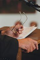 """06 SEP 2000, BERLIN/GERMANY:<br /> Haende, Brille und Manuskriptvon Hans-Dietrich Genscher, FDP, Bundesaussenminister a.D., waehrend seiner Rede zum Thema """"Die Rede in der Politik und meine Erfahrungen im Umgang mit Redenschreibern"""", 1. Kongress der Redenschreiber deutscher Sprache"""", Abgeordneten Haus<br /> IMAGE: 20000906-01/01-31"""