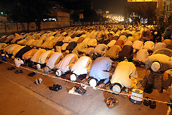 60103053 <br /> Pakistani Muslim's attend a special evening prayer Tarawih on a street of southern Pakistani port city of Karachi on July 10, 2013, the first day of the fasting month of Ramadan on Wednesday, July 10, 2013.<br /> Photo by imago / i-Images