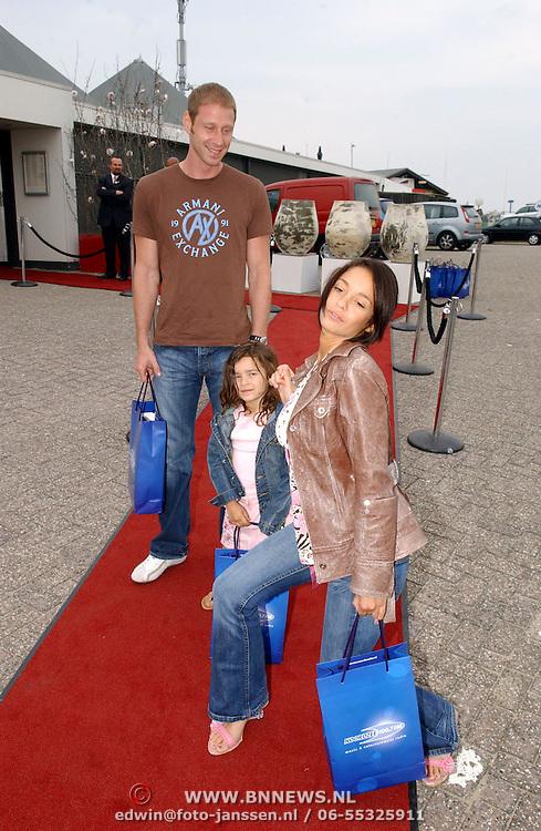 NLD/Bloemenaal/20050601 - Haringparty Showtime Noordzee FM, Fajah Lourens, partner Daniel Zurich en dochter Irem