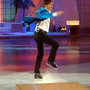 NLD/Hilversum/20070302 - 8e Live uitzending SBS Sterrendansen op het IJs 2007, Gerard Joling maakt een pirouette op de schaats