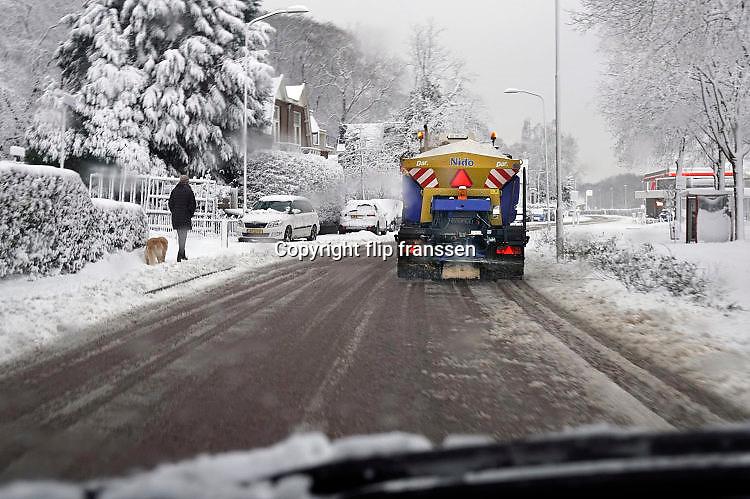 Nederland, Ubbergen, 10-12-2017Vandaag is veel sneeuw gevallen. Het verkeer had erl last van, en sneeuwschuiver en strooiwagen worden ingezet om de wegen begaanbaar te houden.Foto: Flip Franssen