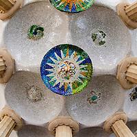 La Sala Hipóstila, está formada por 84 columnas estriadas que se inspiran en el orden dórico.El Parque Güell (Parc Güell) (Park Güell) es un parque público con jardines y elementos arquitectónicos situado en la parte superior de la ciudad de Barcelona. The Guell Park (Parc Guell) (Parc Güell) is a public park with gardens and situated on top of the city of Barcelona architectural elements.