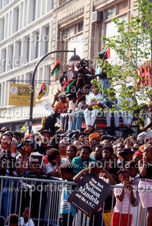 05.12.2013, Johannesburg, ZAF, Nelson Mandela, der Gigant des Humanismus ist im Alter von 95 Jahren in seinem Haus an den Folgen einer Lungenentzuendung gestorben, im Bild Activites surrounding the visit of Nelson and Winnie Mandela to New York City, June 1990 Crowds wait hours for the Mandelas's to make their appearance // Nelson Mandela, giant of humanism died, his house, Johannesburg, South Africa on 2013/12/05. EXPA Pictures © 2013, PhotoCredit: EXPA/ Photoshot/ FRANCES M. ROBERTS<br /> <br /> *****ATTENTION - for AUT, SLO, CRO, SRB, BIH, MAZ only*****