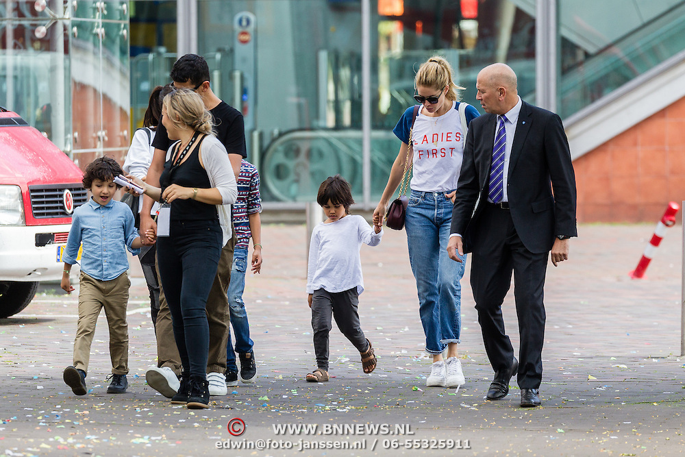 NLD/Amsterdam/20160717 - Former Victoria Secret model Doutzen Kroes and son Phyllon going to a dutch childerenmovie going at a secret entrance with a securityguard - Voormalig Victoria Secret model fotomodel Doutzen Kroes en zoon Phyllon gaan naar een kinderfilm via de achterzijde onder begeleiding van een beveiligingsman
