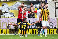 ARNHEM, Vitesse - Feyenoord, voetbal Eredivisie, seizoen 2013-2014, 06-10-2013, Stadion Gelredome, Feyenoord speler Graziano Pelle (L), Feyenoord speler Jordie Clasie (2L), Feyenoord speler Ruud Vormer (3R) en Feyenoord keeper Erwin Mulder (2R) juichen na afloop, terwijl Vitesse speler Guram Kashia (L voor) en Vitesse speler Davy Propper (R voor) teleurgesteld zijn.