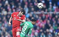 v.l. Javier ''Javi'' Martinez, Serge Gnabry (Bremen)<br /> <br /> 28.01.2017, Fussball Bundesliga, Werder Bremen -Bayern München<br /> Norway only