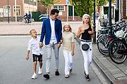 ROTTERDAM, 16-05-2020, AMVO<br /> <br /> Jan Smit heeft zijn lintje mogen ontvangen in de AMVO, Volendam.  De Volendammer wordt benoemd tot Officier in de Orde van Oranje-Nassau en is de jongste persoon die dit jaar een van de bijzondere koninklijke onderscheidingen krijgt. Jan Smit is onderscheiden voor zijn jarenlange werk als zanger, componist en presentator en vanwege zijn inzet voor verschillende goede doelen, zoals SOS Kinderdorpen, Make-A-Wish Nederland en het Oranjefonds.<br /> <br /> Op de foto:  Jan Smit met zijn kinderen Emma, Senn en Fem