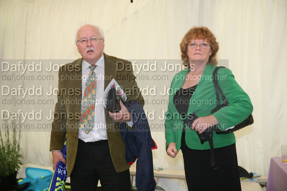 Mr. and Mrs. Michael Fish, KIM WILDE TO HOSTS RHS ÔA MAGICAL GARDEN PARTY' -HAMPTON COURT PALACE FLOWER SHOW, 2 JULY 2007. DO NOT ARCHIVE-© Copyright Photograph by Dafydd Jones. 248 Clapham Rd. London SW9 0PZ. Tel 0207 820 0771. www.dafjones.com.