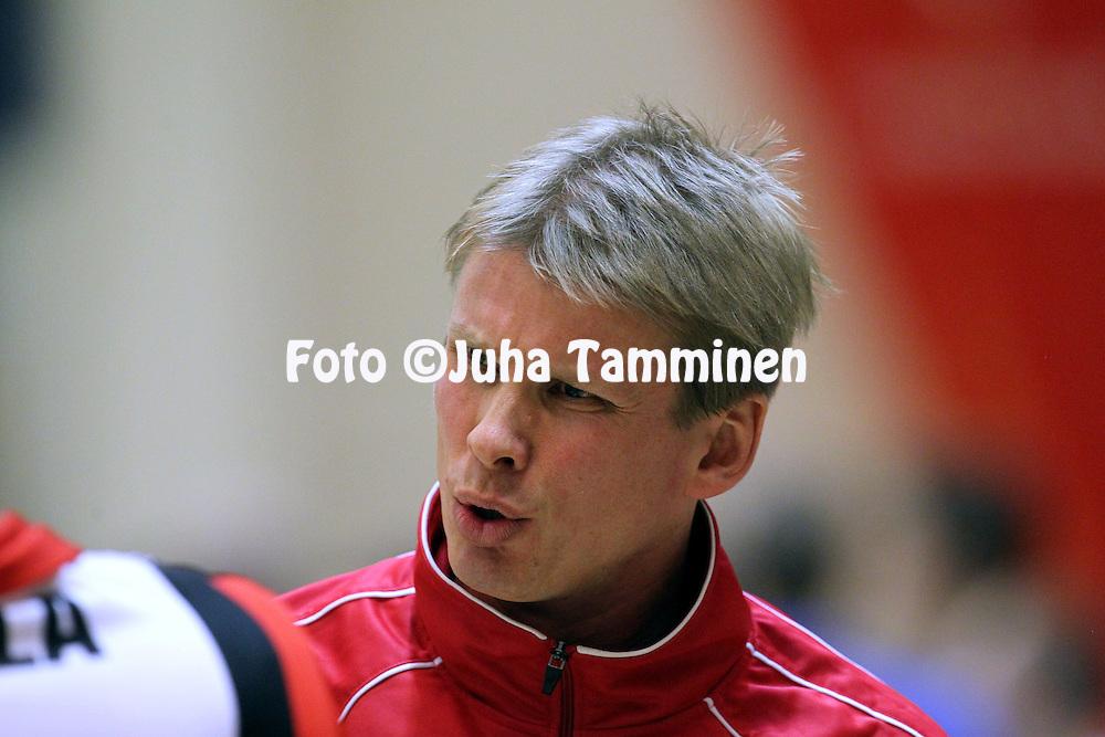 24.10.2010, Pyynikin Palloiluhalli, Tampere..Lentopallon Mestaruusliiga 2010-11..Tampereen Isku-Volley - Pielaveden Sampo..Valmentaja Jussi Heino - Isku-Volley.©Juha Tamminen.