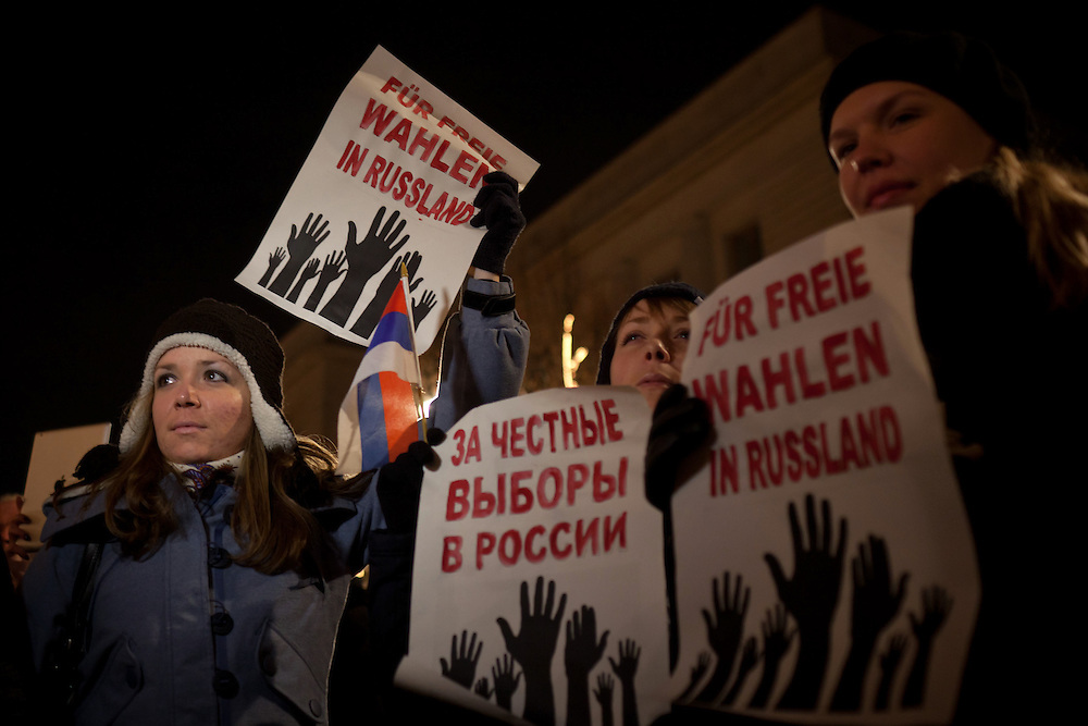 About five hundred Russians living in exile protest against the allegedly rigged election in Russia and demand fair elections. Demonstrators gathered in front of the Russian embassy an marched to the Reichstag, the seat of German Parliament.