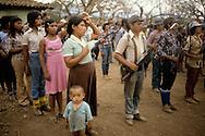 El Salvador. guerillero camp at the Puente de Oro in the forest military training of young muchachos, women guerillera with children      / camp de guerillero, muchachos, a la Puente de Oro dans la foret entrainement militaire , des jeunes muchachos, femmes avec enfants    Salvador  / SALV34105 09