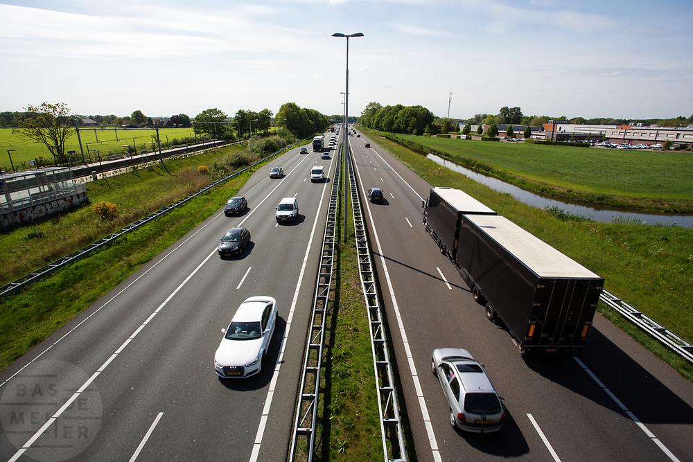 In Hoevelaken rijdt het verkeer over de A1.<br /> <br /> In Hoevelaken traffic ride on the A1 highway.