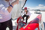 Heten på saltsjøen er trykkende, og frivillige på Evas team skjermer Eva og sykkelen KillaJoule så godt de kan med et sølvpledd før rekordforsøket.