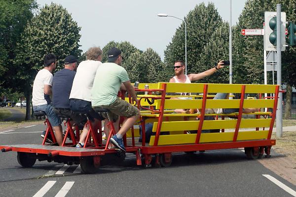 Nederland, Groesbeek, 6-7-2018Een groepje mannen, vrienden misschien, is vanuit Groesbeek op weg naar Kranenburg in Duitsland op een draisine, een spoorkar die voortbewogen wordt door te fietsen . Het toeristische lijntje was vroeger de spoorverbinding tussen nijmegen en kleef .Foto: Flip Franssen