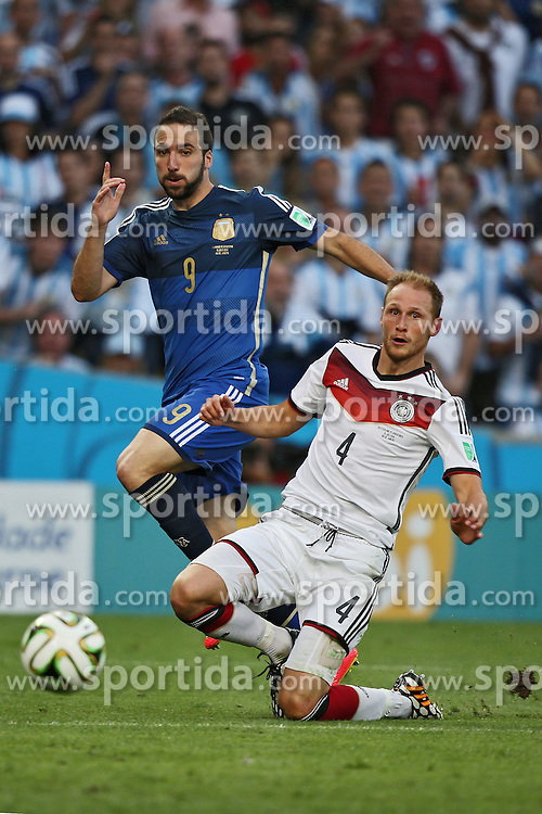 13.07.2014, Maracana, Rio de Janeiro, BRA, FIFA WM, Deutschland vs Argentinien, Finale, im Bild vl. Gonzalo Higuain (ARG) gegen Benedikt Hoewedes (GER) // during Final match between Germany and Argentina of the FIFA Worldcup Brazil 2014 at the Maracana in Rio de Janeiro, Brazil on 2014/07/13. EXPA Pictures © 2014, PhotoCredit: EXPA/ Eibner-Pressefoto/ Cezaro<br /> <br /> *****ATTENTION - OUT of GER*****