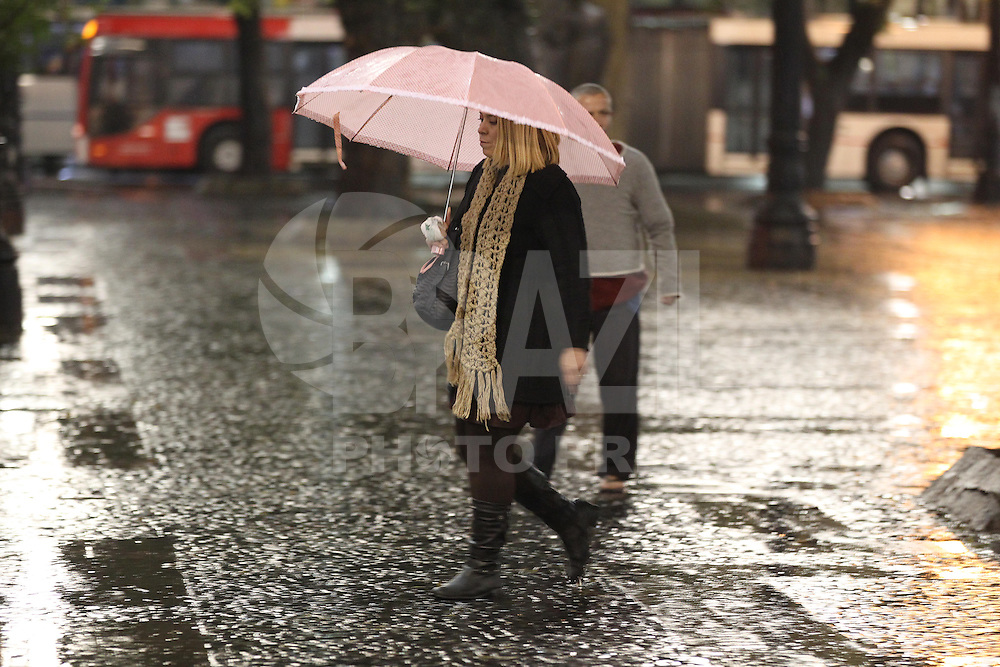 SAO PAULO, SP, 26/06/2013, CHUVA. O paulistano enfrenta mais um dia de chuva na Praça da Sé, regiao central da  capital paulista, na manhã dessa quarta-feira (26). LUIZ GUARNIERI/ BRAZIL PHOTO PRESS