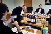 Een advocaat van Albert Heijn bekijkt met de rechter een kuipje Bleu BandFoto: Flip Franssen, 024-3238442