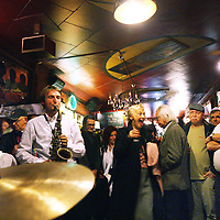 Nederland, Amsterdam , 12 februari 2011..Een groep jazzmuzikanten heeft zaterdagavond een 'protestconcert' gegeven in Amsterdamse Cotton Club. Ze lieten zich daarmee horen tegen het voornemen van de gemeente om het bekende jazzcafé op de Nieuwmarkt te sluiten, aldus de initiatiefnemers...De gemeente wil geen nieuwe exploitatievergunning verstrekken aan de Cotton Club wegens vermeende banden met topcrimineel Dino Soerel. Hij is de halfbroer van de huidige eigenaresse en hielp haar in 2002 aan een lening. Komende vrijdag dient een kort geding bij de rechtbank over de beslissing van de gemeente...De Cotton Club is geliefd bij veel jazzmusici en -liefhebbers. Ze zijn dan ook woedend over de voorgenomen sluiting..Foto:Jean-Pierre Jans