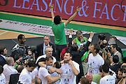 DESCRIZIONE : Siena Lega A 2011-12 Montepaschi Siena EA7 Emporio Armani Milano Finale scudetto gara 5<br /> GIOCATORE : Esultanza<br /> CATEGORIA : Esultanza<br /> SQUADRA : Montepaschi Siena<br /> EVENTO : Campionato Lega A 2011-2012 Finale scudetto gara 5<br /> GARA : Montepaschi Siena EA7 Emporio Armani Milano<br /> DATA : 17/06/2012<br /> SPORT : Pallacanestro <br /> AUTORE : Agenzia Ciamillo-Castoria/V.Tasco<br /> Galleria : Lega Basket A 2011-2012  <br /> Fotonotizia : Siena Lega A 2011-12 Montepaschi Siena EA7 Emporio Armani Milano Finale scudetto gara 5<br /> Predefinita :