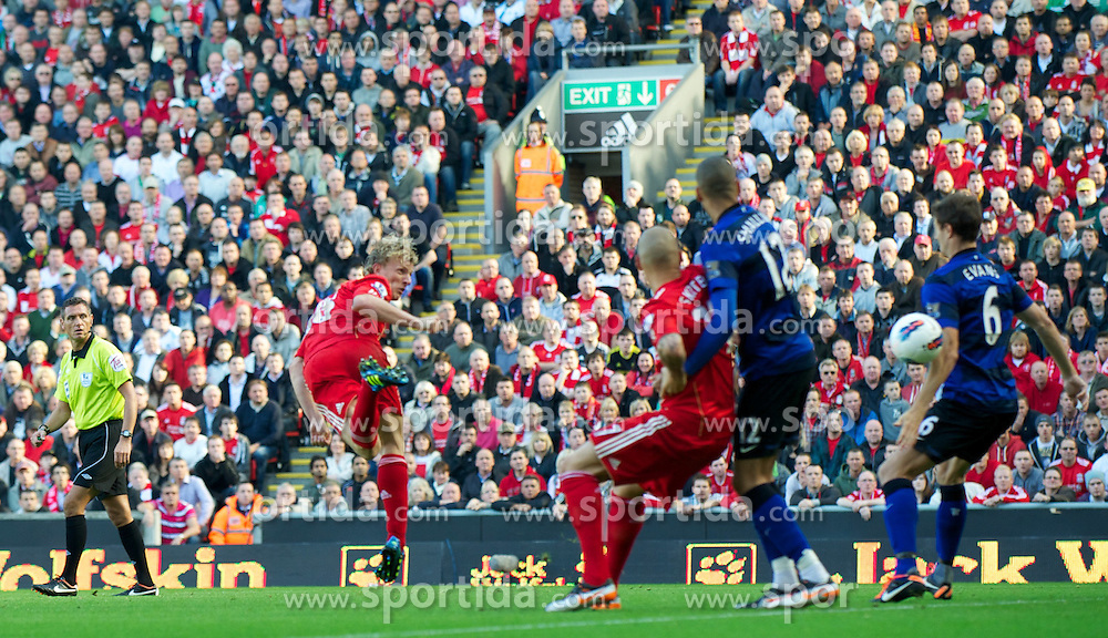 15.10.2011, Anfield, Liverpool, ENG, PL, FC Liverpool vs Manchester United, im Bild Liverpool's Dirk Kuyt heads the ball on the arm of Manchester United's Jonny Evans but no penalty is given during the Premiership match at Anfield // during the Premier League football match between FC Liverpool vs Manchester United at Anfield stadium, liverpool, United Kingdom on 15/10/2011. EXPA Pictures © 2011, PhotoCredit: EXPA/ Propaganda Photo/ David Rawcliff +++++ ATTENTION - OUT OF ENGLAND/GBR+++++