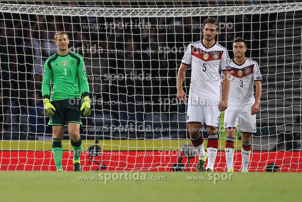 07.09.2015, Hampton Park, Glasgow, SCO, UEFA Euro Qualifikation, Schottland vs Deutschland, Gruppe D, im Bild Torwart Manuel Neuer (FC Bayern Muenchen), Mats Hummels (Borussia Dortmund) und Jonas Hector (1. FC Koeln) nach dem 1:1 Ausgleich durch Shaun Maloney (Hull City - nicht im Bild) // during the UEFA EURO 2016 qualifier group D match between Scotland and Germany at the Hampton Park in Glasgow, Scotland on 2015/09/07. EXPA Pictures &copy; 2015, PhotoCredit: EXPA/ Eibner-Pressefoto/ Schueler<br /> <br /> *****ATTENTION - OUT of GER*****