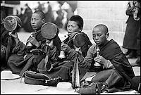 Chine. Province du Tibet. Lhassa. Pelerins au Temple du Jokhang// China. Tibet province. Lhassa. Pilgrims around Jokhang temple.