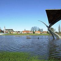 fotografie frank uijlenbroek©2002 michiel van de velde.020214 ommen ned.het hoge water in en rondom de vecht gaf mooie sfeerbeelden zoals hier bij ommen waar de wulp dit keer geen water spoot maar in het water stond met zijn poot