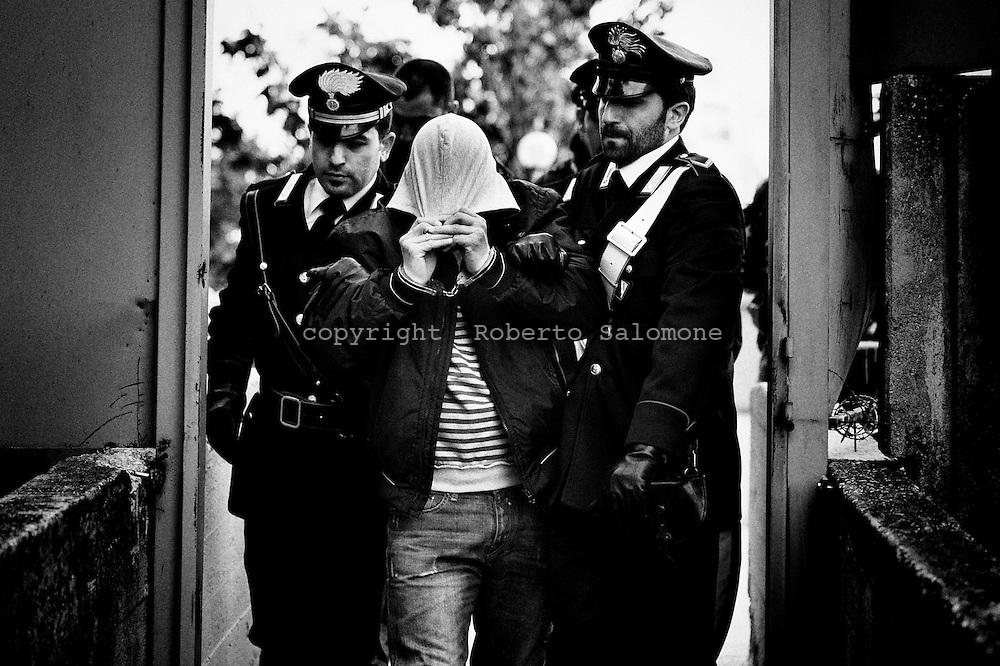 Napoli, Italia - 18 maggio 2010. Carabinieri in azione durante un'operazione antidroga a Scampia. I militari hanno arrestato 14 persone accusate di spaccio di droga. Gli stupefacenti venivano spacciati all'interno di un palazzo noto anche come &quot;Torre delle Erbe&quot;.<br /> Ph. Roberto Salomone Ag. Controluce<br /> ITALY - Carabinieri in action during an operation that lead to the arrest of 14 people d in the district of Scampia (Naples) on May 18, 2010.