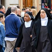 Monjas caminando en Via di Porta Angelica. Nuns walking at via porta Angelica street. Roma, Italia