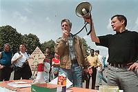 01 JUN 2000, BERLIN/GERMANY:<br /> Glenn H. Gebhard (M) spricht auf einer Demonstration von Vätern, die durch Scheidung von ihren Kindern getrennt wurden, vor dem Roten Rathaus.<br /> US Bürger Gebhard ist seit Jahren von den Kindern Shannon und Glenn getrennt, die bei seiner deutschen Ex-Frau leben. <br /> (Thema Scheidungskinder aus Binationalen Ehen)<br /> IMAGE: 20000601-01/01-29<br /> KEYWORDS: Demo, Demonstrant, demonstrator