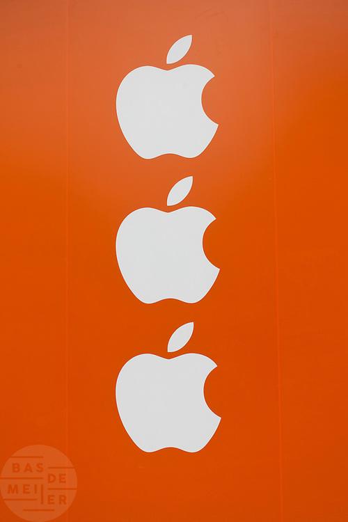 Het Apple logo in de vorm van het wapen van Amsterdam. Op het Leidseplein in Amsterdam wordt de laatste werkzaamheden verricht voor de eerste Apple Store in Nederland die op 3 maart 2012 wordt geopend.<br /> <br /> The last preparations for the Apple Store in Amsterdam, which will open March 3rd, 2012.