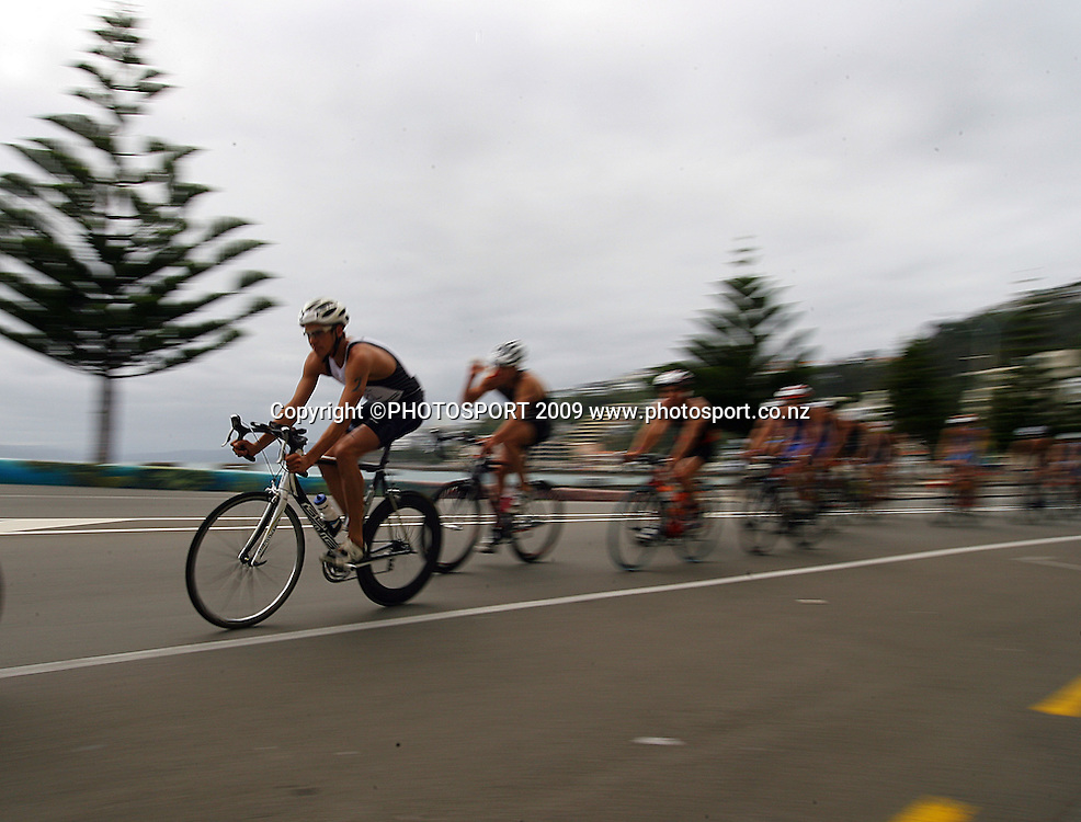 Clark Ellice leads the pack along Oriental Parade.<br /> Contact Tri-Series National Triathlon Championships and ITU Oceania Cup at Wellington Waterfront, Wellington , New Zealand. Saturday 7 March 2009. Photo: Dave Lintott/PHOTOSPORT