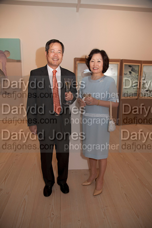 THE KOREAN AMBASSADOR AND HIS WIFE, Korean Eye Dinner  hosted by The Dowager Viscountess Rothermere and Simon De Pury.Sponsored by CJ, Korean Food Globalization Team, Hino Consulting and Visit Korea Committee. Phillips de Pury Space, Saatchi Gallery.  Sloane Sq. London. 2 July 2009.