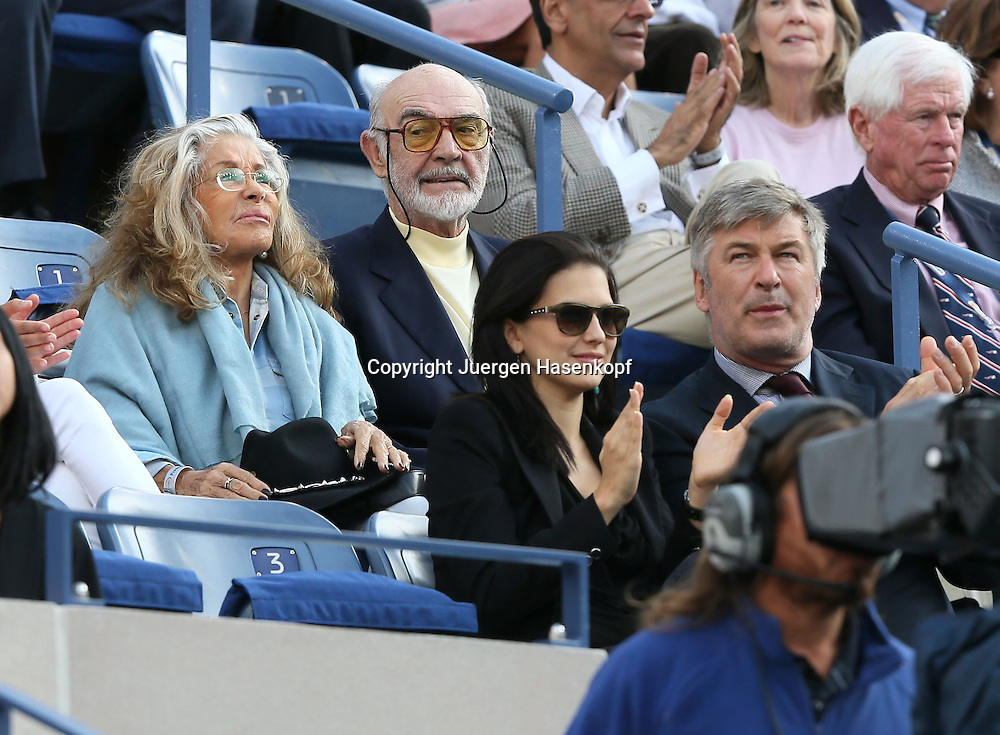 US Open 2013, USTA Billie Jean King National Tennis Center, Flushing Meadows, New York,<br /> ITF Grand Slam Tennis Tournament, Schauspieler Sean Connery und vor ihm Alec Baldwin als Zuschauer in der Ehrenloge,Halbkoerper,Querformat,<br /> Feature,