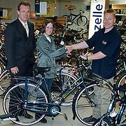 Uitreiking fiets bij Bout fietsenhandel nav verkeersexamen