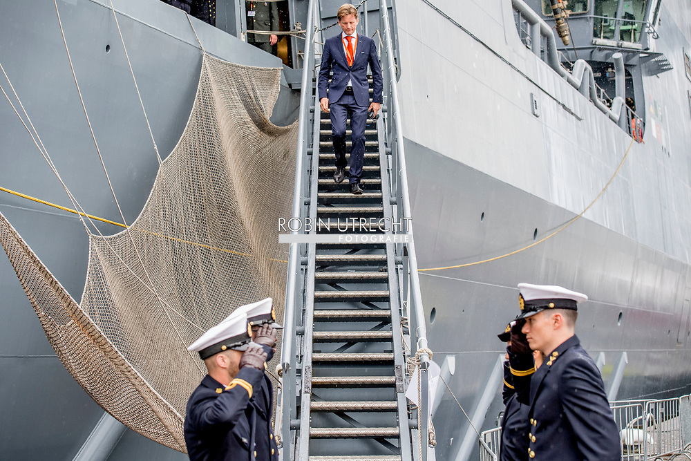 ROTTERDAM - Prince Maurits was promoted on Friday in the presence of family to Captain of the Sea at the Royal Navy Reserve. This was done by General Navy of the Navy and the Chief of the Military House of King Willem-Alexander, Hans van der Louw. The ceremony found aboard the naval ship Zr. Ms. Karel Doorman place. Among the attendees, including princess Margriet and Pieter van Vollenhoven, the parents of Maurits, are wife princess Marilène and son Lucas and brother Prince Pieter-Christiaan.<br /> Prince Maurits was promoted to captain-lieutenant at sea on May 1, 2013, day after the inauguration of his cousin as a king, and was also appointed as an extraordinary adjudicator. ROBIN UTRECHT ROTTERDAM - Prins Maurits is vrijdag in het bijzijn van familie bevorderd tot Kapitein ter Zee bij de Koninklijke Marine Reserve. Dat gebeurde door generaal Verkerk van de Marine en de Chef van het Militaire Huis van koning Willem-Alexander, Hans van der Louw. De ceremonie vond aan boord van het marineschip Zr. Ms. Karel Doorman plaats. Onder de aanwezigen onder meer prinses Margriet en Pieter van Vollenhoven, de ouders van Maurits, zijn echtgenote prinses Marilène en zoon Lucas en broer prins Pieter-Christiaan.<br /> Prins Maurits werd op 1 mei 2013, daags na de inhuldiging van zijn neef als koning, bevorderd tot kapitein-luitenant ter zee en bovendien aangesteld als adjudant in buitengewone dienst. ROBIN UTRECHT