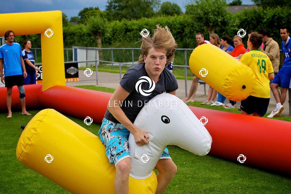 KERKWIJK - Op het terrein van VV Kerkwijk is weer de jaarlijkse Zeskamp gehouden. FOTO LEVIN DEN BOER - PERSFOTO.NU