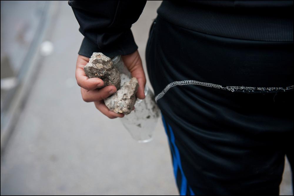 Un manifestant lors des affrontements avec les forces de Police. // Des affrontements entre la police et les manifestants ont éclaté dans le centre de Tunis, notamment avenue Habib Bourguiba, faisant (selon Associated Press) 3 morts (prétendument par balle) et 12 blessés parmi les manifestants, Tunis le 26 février 2011.