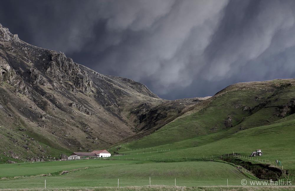 The farm Drangshlidardalur, under the volcanic ash in Eyjafjallajokull, Iceland - Bærinn Drangshlíðardalur undir öskufalli frá Eyjafjallajökli