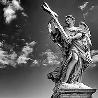 Estatua del Ángel de la Cruz en el puente de Sant'Angelo, escultor Ercole Ferrata. Roma, Italia. Statue Cross Angel on the bridge Sant'Angelo, sculptor Ercole Ferrata. Rome, Italy