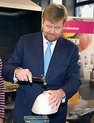 Koning Willem-Alexander opent het jubileumjaar van Zadkine Vakschool Schoonhoven. Dit jaar bestaat Vakschool Schoonhoven 125 jaar.Zadkine Vakschool Schoonhoven is de enige school in Nederland die studenten opleidt tot goud- of zilversmid, juwelier of uurwerktechnicus.<br /> <br /> King Willem-Alexander opens the jubilee year of Zadkine Vocational School Schoonhoven. This year, Vocational School Schoonhoven is 125 years old.