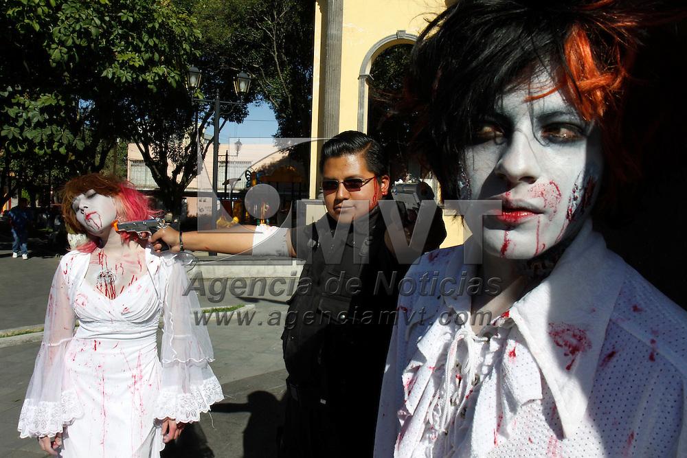 Toluca, Mex.- Ni&ntilde;os, j&oacute;venes y adultos participaron en la primer marcha de zombies en Toluca, a muy temprana hora llegaron al parque Sim&oacute;n Bolivar para poder maquillarse y posteriormente caminar por las principales calles de la capital mexiquense. Agencia MVT / Crisanta Espinosa. (DIGITAL)<br /> <br /> NO ARCHIVAR - NO ARCHIVE
