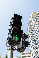 Semáforo para bicicletas na ciclovia da Avenida Atlântica. Balneário Camboriú, Santa Catarina, Brasil. / Bicycle traffic light at the bicycle lane of Atlantica Avenue. Balneario Camboriu, Santa Catarina, Brazil.