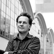 Nederland Rotterdam 13 juni 2007 .Frits Gierstberg, bijzonder hoogleraar fotografie en hoofd tentoonstellingen van het Nederlands Fotomuseum poseert voor achtergrond Cafe Rotterdam ...Foto David Rozing