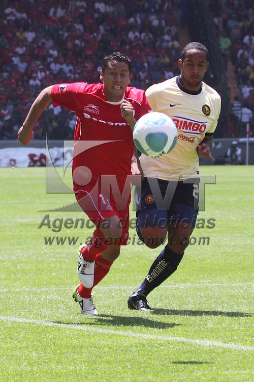 Toluca, Mex.- Los Diablos Rojos del Toluca eliminan en cuartos de final a las &Aacute;guilas del Am&eacute;rica, con un marcador de 2-0, avanzando as&iacute; a la semifinal del Torneo Bicentenario 2010. Agencia MVT / Crisanta Espinosa. (DIGITAL)<br /> <br /> NO ARCHIVAR - NO ARCHIVE