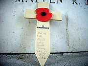 Belgie, Ieper, 4-9-2005..De Menenpoort, meense poort met de leeuw die richting het front over de stad waakt. Hier zijn namen van 55.000 vermisten uit de eerste wereldoorlog, WO-1,de grote oorlog. the great war, die bij Ieper sneuvelden gegraveerd. belgium, WW-1, monument. Ypres, Menin gate De klaproos is symbool voor de gesneuvelde soldaten...Foto: Flip Franssen/Hollandse Hoogte