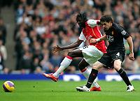 Photo: Tom Dulat/Sportsbeat Images.<br /> <br /> Arsenal v Manchester United. The FA Barclays Premiership. 03/11/2007.<br /> <br /> Emmanuel Adebayor of Arsenal and Owen Hargreaves of Manchester United with the ball.