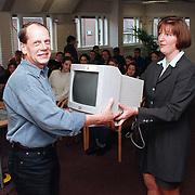 Euro seminar voor de jeugd Rabobank Huizen, overhandiging computer