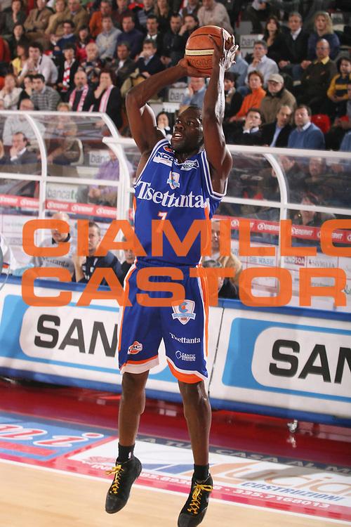 DESCRIZIONE : Teramo Lega A1 2007-08 Siviglia Wear Teramo Tisettanta Cantu <br /> GIOCATORE : Denham Brown <br /> SQUADRA : Tisettanta Cantu <br /> EVENTO : Campionato Lega A1 2007-2008 <br /> GARA : Siviglia Wear Teramo Tisettanta Cantu <br /> DATA : 24/02/2008 <br /> CATEGORIA : Tiro <br /> SPORT : Pallacanestro <br /> AUTORE : Agenzia Ciamillo-Castoria/G.Ciamillo